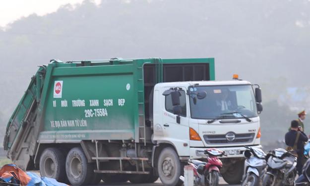 [Video] Người dân dừng chặn xe rác vào bãi Nam Sơn