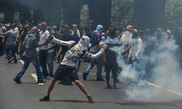 [Video] Hỗn loạn cảnh người dân Venezuela biểu tình sau vụ bắt nhóm lính muốn lật đổ Maduro