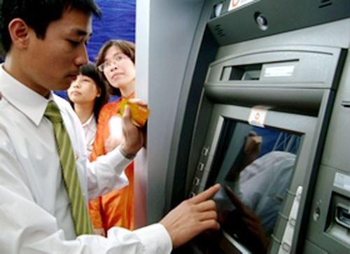 Từ phí ATM nghĩ đến mô hình ngân hàng bán lẻ Việt Nam