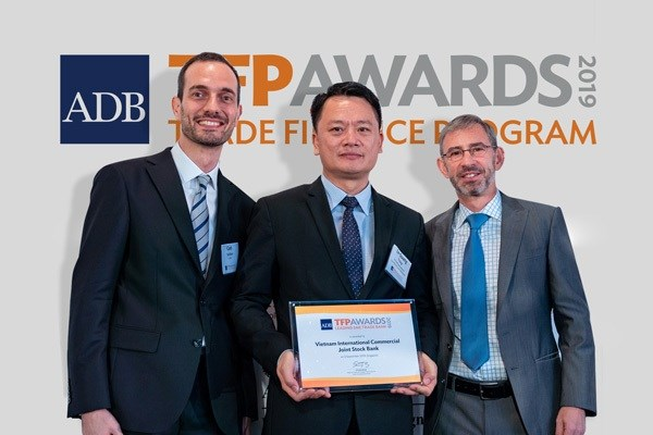 VIB được ADB vinh danh là Ngân hàng hàng đầu về tài trợ thương mại cho doanh nghiệp doanh nghiệp vừa và nhỏ