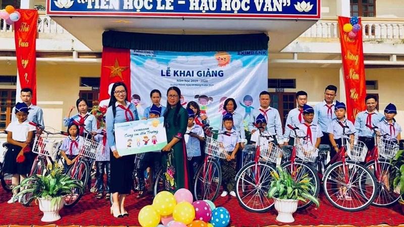 Eximbank tặng quà cho học sinh nghèo ở Hải Dương