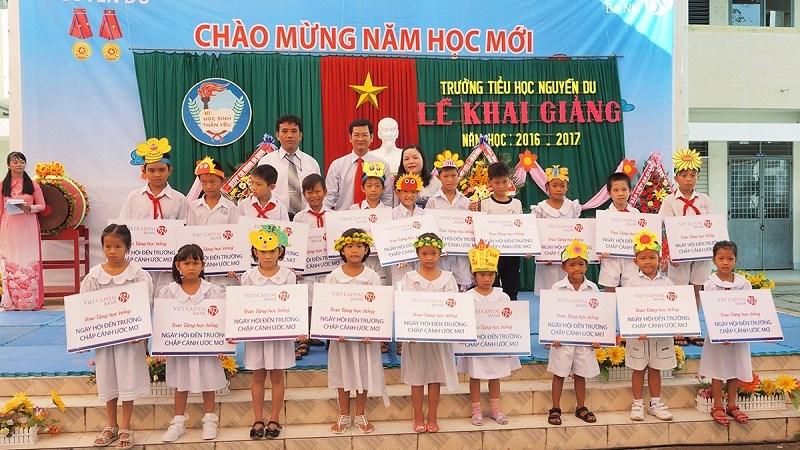 Viet Capital Bank trao hàng trăm suất học bổng dịp năm học mới