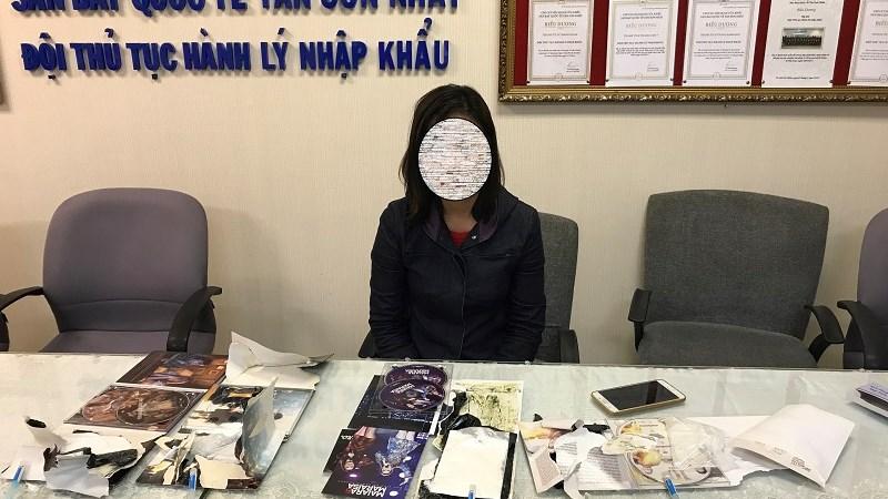 Bắt một phụ nữ với cáo buộc vận chuyển cocain trong hành lý xách tay