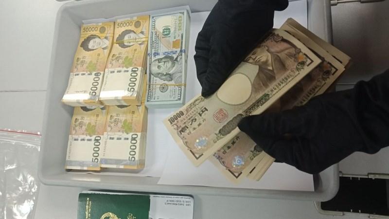 Phát hiện nữ hành khách cất giấu ngoại tệ trị giá gần 550 triệu đồng khi xuất cảnh