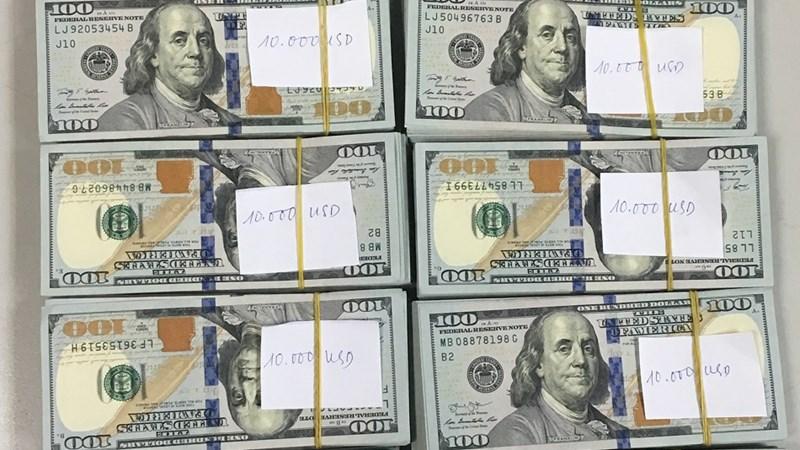 Khách ngoại quốc cất giấu 97.000 USD khi làm thủ tục xuất cảnh
