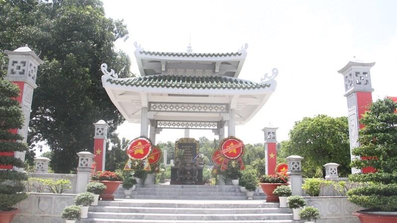 Dâng hương tại Nghĩa trang liệt sỹ Ban Kinh tài -Trung ương Cục Miền Nam