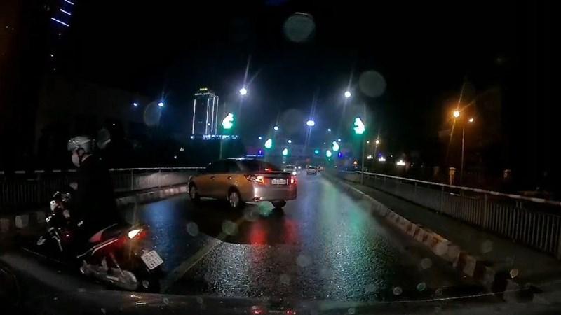 [Video] Thấy cảnh sát giao thông, ô tô và xe máy quay đầu bỏ chạy ngay giữa cầu