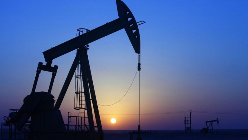 Tăng 9 phiên liên tiếp, giá dầu vượt 52USD/thùng