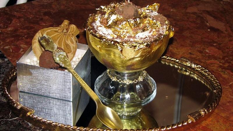[Video] Ăn kem giá 1.000 USD bằng thìa vàng, đựng trong cốc pha lê