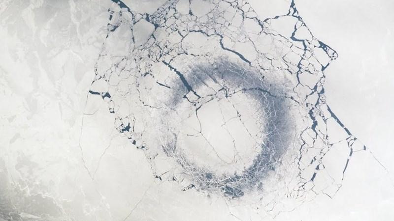 [Video] Vòng tròn băng khổng lồ trên hồ 25 triệu năm tuổi