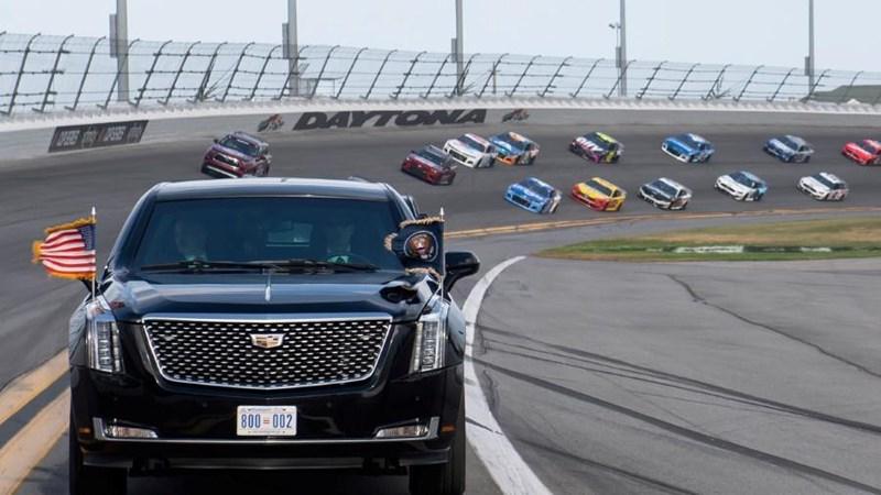 [Video] Tổng thống Trump cùng siêu xe Quái thú dẫn đầu đoàn đua giải NASCAR