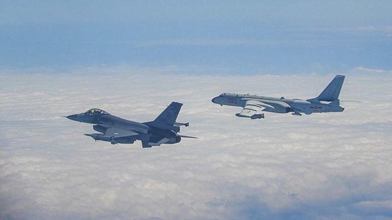 [Infographics] Chiến đấu cơ mạnh hơn Su-35 lao lên chặn máy bay ném bom Trung Quốc trên biển