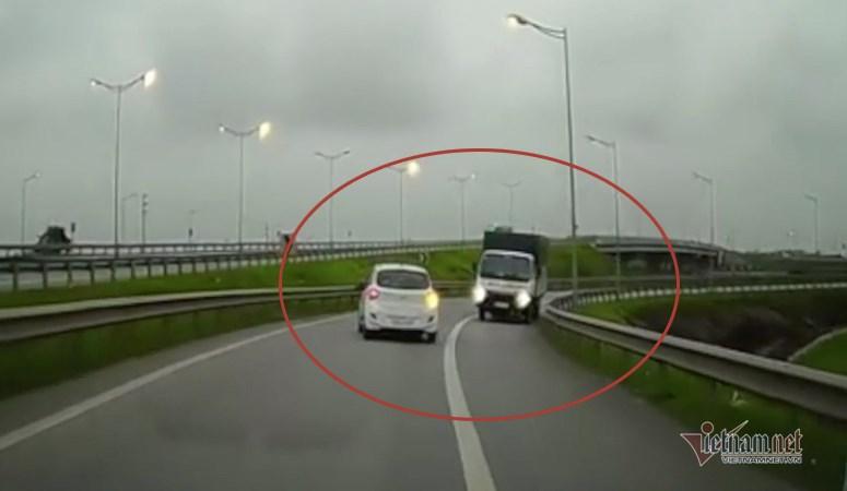 [Video] Xe tải ngược chiều vun vút phóng vào cao tốc Hà Nội – Thái Nguyên