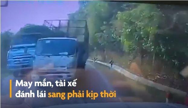 [Video] Xe tải vượt ẩu suýt đâm vào ôtô ngược chiều