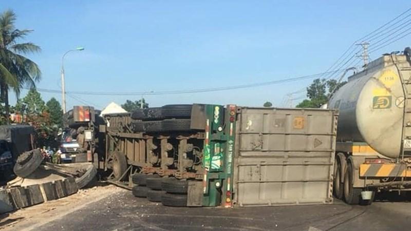 [Video] Container đâm vào dải phân cách rồi lật ngang giữa đường