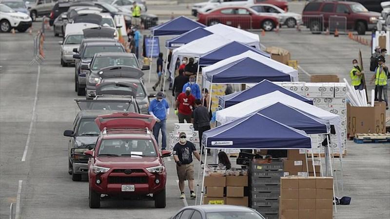 [Video] Hàng nghìn ôtô xếp hàng chờ phát lương thực cứu trợ dịch ở Texas