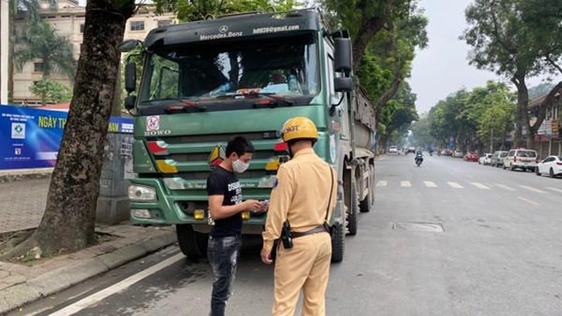 [Video] Cảnh sát giao thông Hà Nội mở cao điểm xử lý xe chở vật liệu xây dựng vi phạm