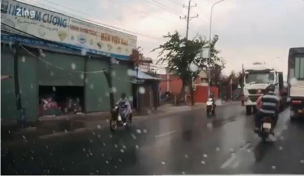 [Video] Xe máy có thể bị phạt gần 1 triệu đồng vì vượt trái suýt đâm container