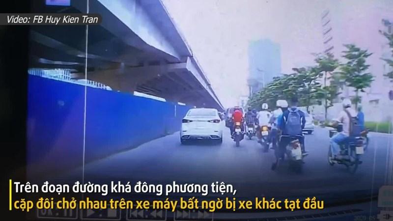 [Video] Dù bị tạt đầu ngã xe, cô gái vẫn cúi đầu xin lỗi ô tô phía sau