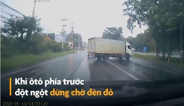 [Video] Xe tải xoay 180 độ khi phanh gấp dưới đường mưa