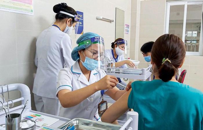 Cả nước góp tiền mua vaccine chống dịch