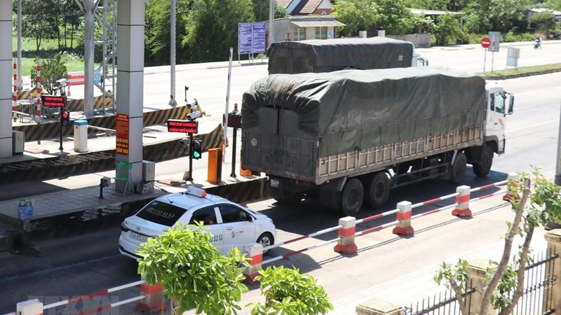 [Video] Hàng trăm xe ôtô bám đuôi container vượt trạm BOT Quảng Trị