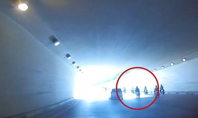 [Video] Ôtô tránh cô gái bị ngã xe trong hầm chui
