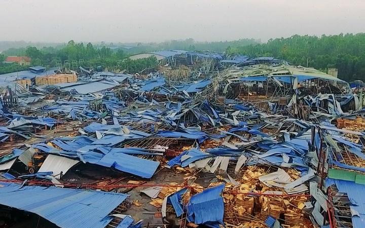 [Video] Cơn lốc kéo sập xưởng gỗ tại xã Trung Mỹ
