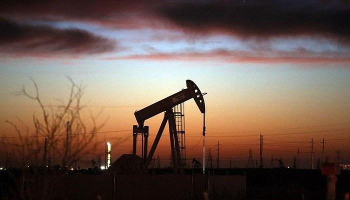 """Lượng tồn kho tăng mạnh, giá dầu """"bốc hơi"""" 4%"""