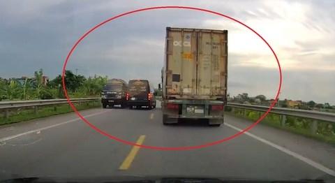 [Video] Xe container phanh cháy lốp tránh xe limousine vượt ẩu