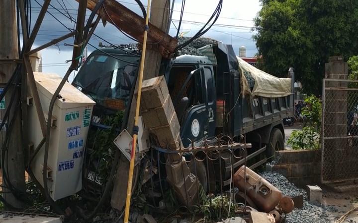 [Video] Xe tải tông trạm biến áp khiến 600 hộ dân ở Đăk Lăk mất điện