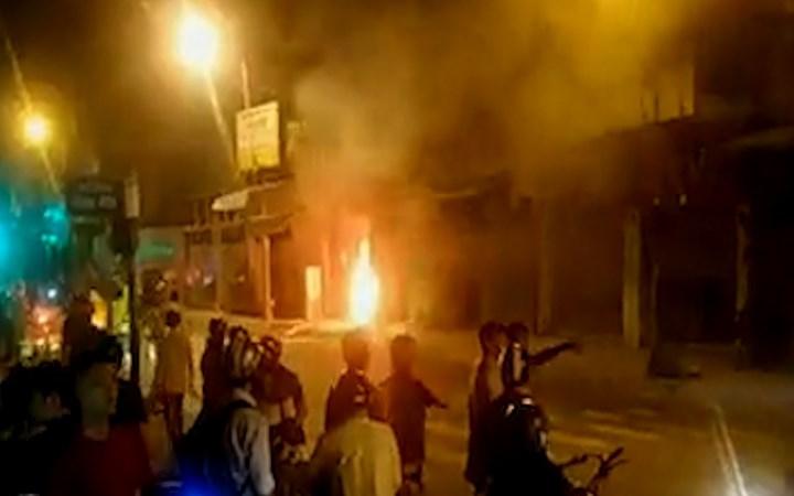 [Video] Cửa hàng bán đầu lân ở Sài Gòn bốc cháy trong đêm