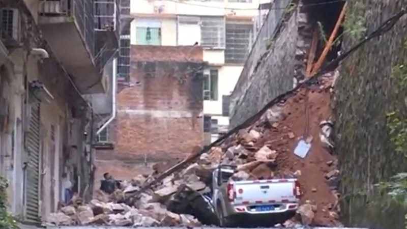[Video] Người phụ nữ Trung Quốc suýt bị chôn vùi dưới bức tường sập