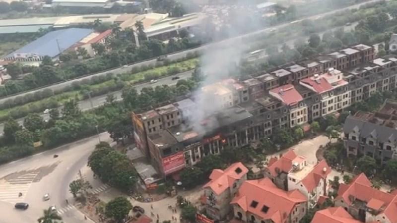 [Video] Hỏa hoạn thiêu rụi 6 nhà liền kề ở Hà Nội