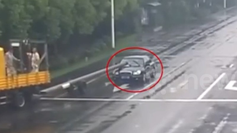 [Video] Tài xế thiếu quan sát bị cột điện đâm thủng ô tô