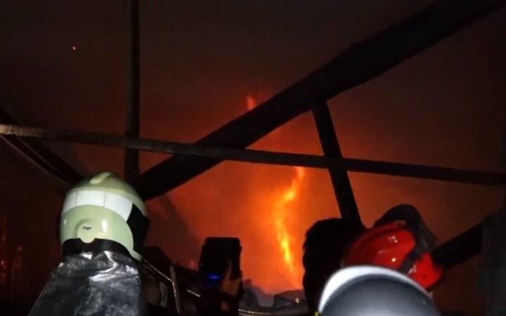 [Video] Xưởng sản xuất nhựa bốc cháy dữ dội ở Hà Nội