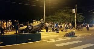 [Video] Giải cứu 7 người mắc kẹt trong ôtô lật do đâm vào giải phân cách ở Sài Gòn