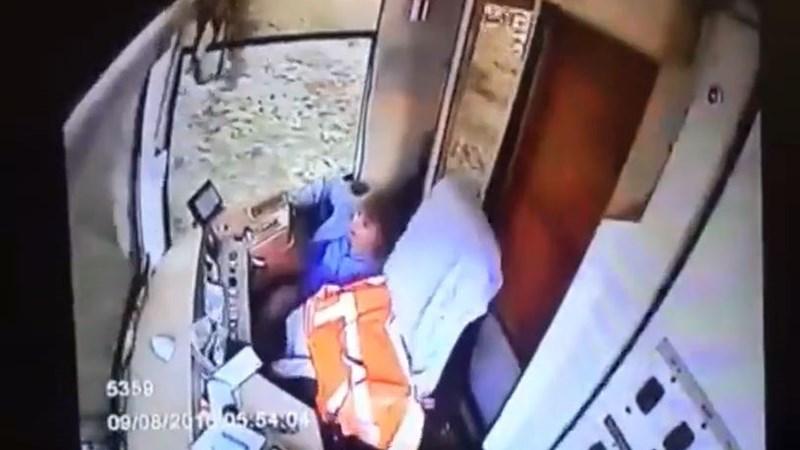 [Video] Nữ tài xế gây tai nạn vì mải dùng điện thoại