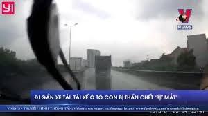 [Video] Đi gần xe tải, tài xế ô tô con bị thần chết