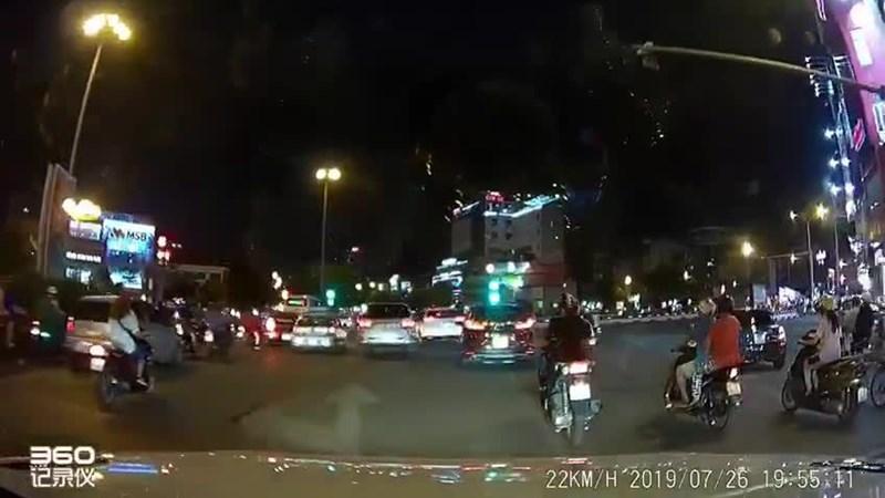 [Video] Đang lưu thông, xe ô tô suýt tông phải cụ ông... từ dưới đất chui lên