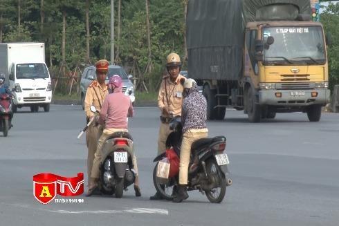 [Video] Xe máy đi ngược chiều, đánh liều với tính mạng