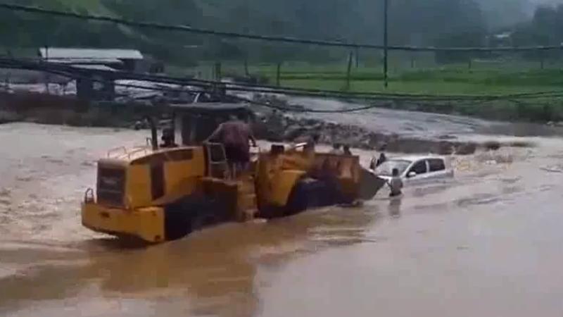 [Video] Ôtô bị cuốn trôi khi đi qua đập nước lũ