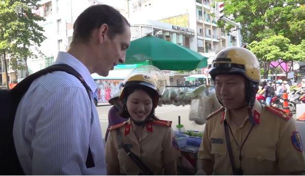 [Video] TP. Hồ Chí Minh: Cảnh sát nhắc nhở người nước ngoài về luật giao thông