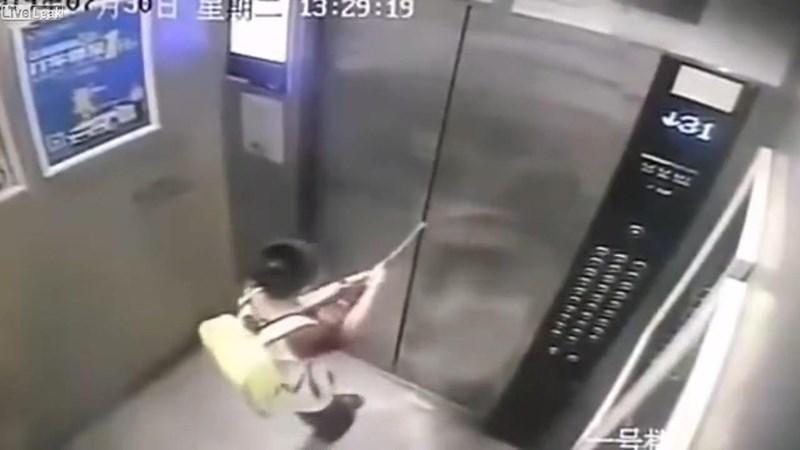 [Video] Bé trai 8 tuổi bị mắc kẹt vì dùng ô ngăn cửa thang máy