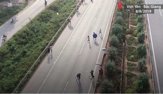 [Video] Công nhân ùn ùn chạy qua cao tốc Hà Nội - Bắc Giang