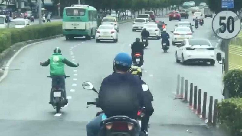 [Video] Nam thanh niên đi xe máy, buông 2 tay, nhún nhẩy, đánh võng trên đường