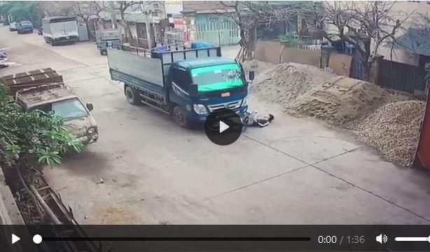 [Video] Suýt trả giá bằng mạng sống vì không giảm tốc độ khi qua ngã tư