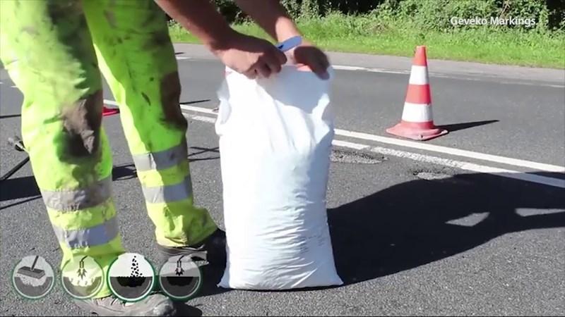 [Video] Công nghệ vá ổ gà bằng hỗn hợp nhựa dẻo ở Thụy Điển