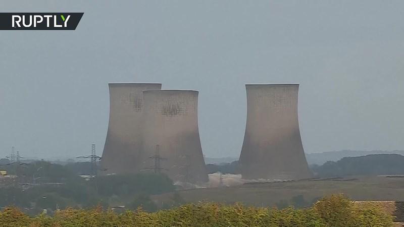 [Video] Khoảnh khắc tháp giải nhiệt nhà máy điện bị đánh sập trong giây lát