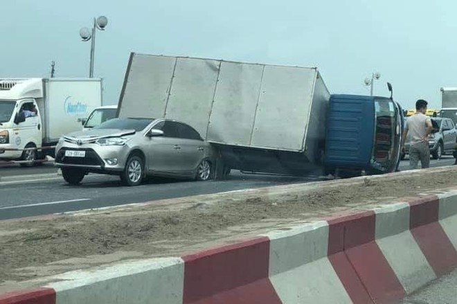 [Video] Xe tải lật nghiêng đè bẹp ôtô con, cầu Thanh Trì ùn tắc hàng cây số